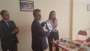 پرچم یادبود انجمن ایرانی به مدیر مرکز جامع خدمات توانبخشی آذربایجان