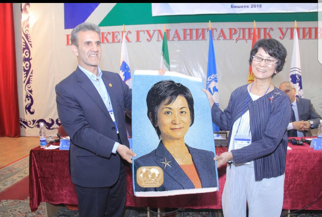 اهداء فرش به ماریکو رئیس آسیااقیانوسیه فدراسیون به مناسبت پایان دوره کاری اش