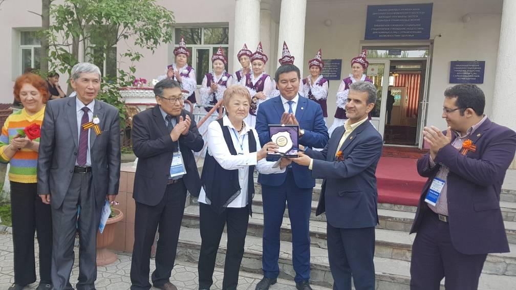 اهداء لوح یادبود انجمن ایران به برخی از مدیران موثر حوزه اجتماعی در قرقیزستان