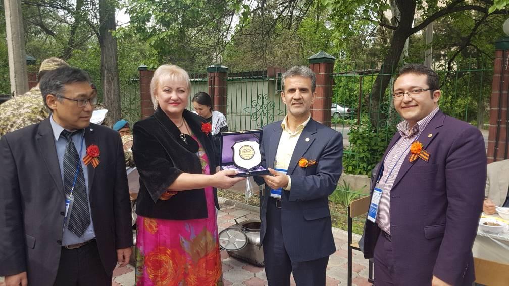اهداء لوح انجمن به برخی از مدیران خدمات اجتماعی قرقیزستان