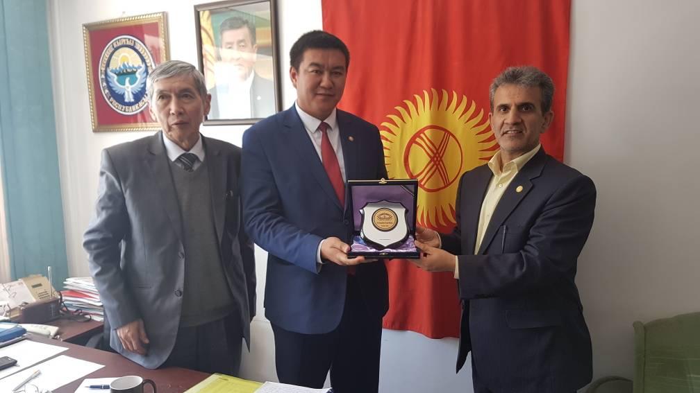 اهداء لوح یادبود به رئیس سازمان خدمات اجتماعی شهرداری بیشکک