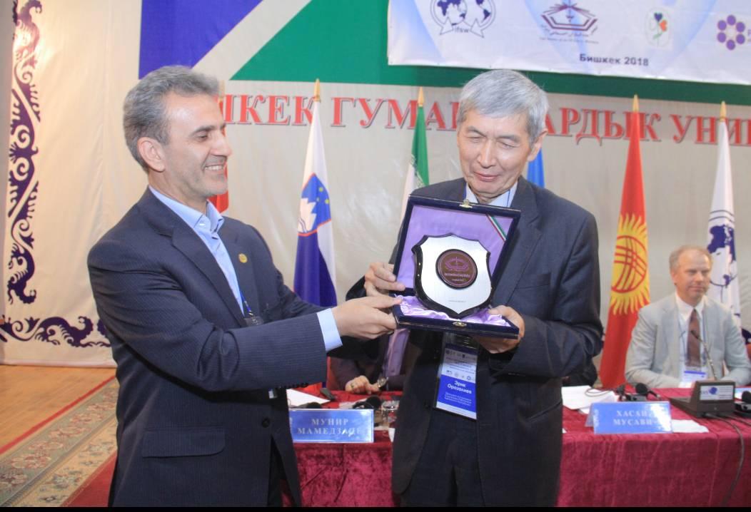 اهداء لوح یادبود به دکتر اریک اوروزالیف رئیس انجمن مددکاران اجتماعی قرقیزستان