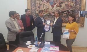لوح یادبود انجمن ایران و انجمن ارمنستان به قائم مقام سفیر ایران در ارمنستان